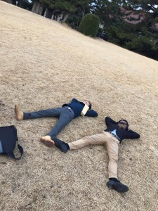 明治神宮の公園で寝そべる小澤竜太